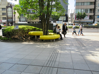 表参道駅B3出口 黄色いモニュメント